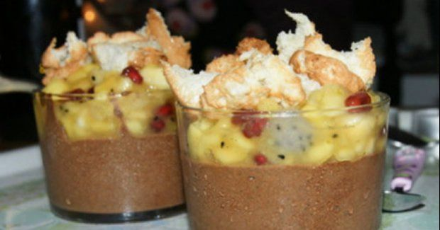 Verrine de mousse au chocolat, fruits exotiques, confiture de fruit de la passion et biscuit coco