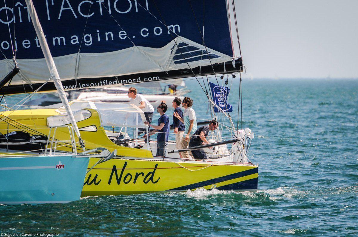 Thomas Ruyant et toute son équipe à bord de l'Imoca Bleu et Jaune aux couleurs du Projet Imagine
