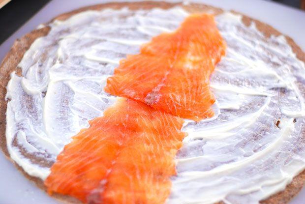 galette de sarrasin garnie de saumon fumé en bouchée apéro