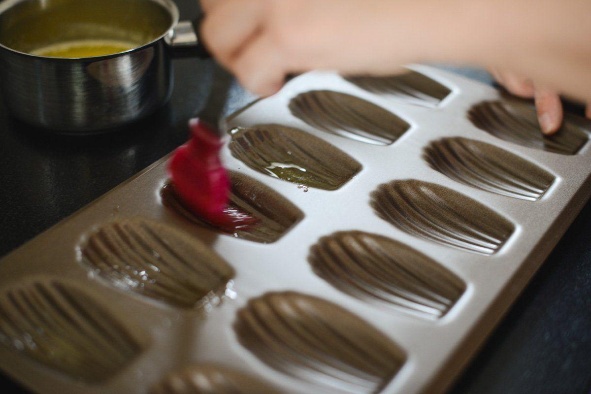 beurrer les moules à madeleines