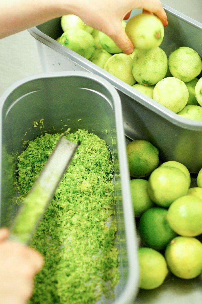 un long travail pour zester autant de citrons verts