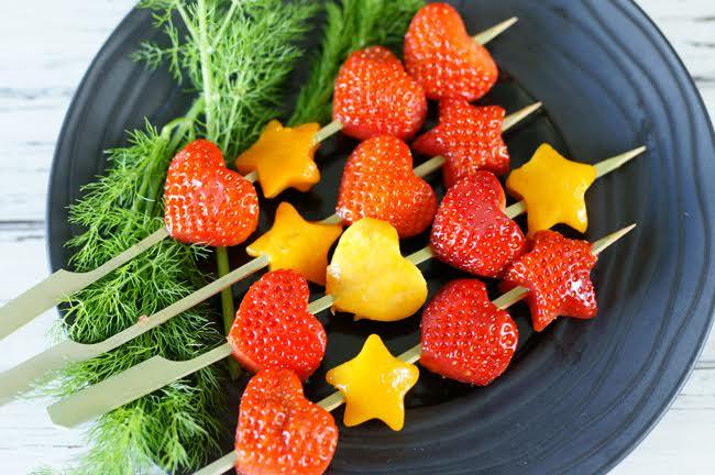 Brochettes de fraises et de mangues en forme de coeur